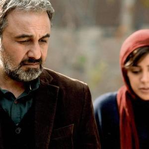 رضا عطاران در نمایی از فیلم «آبنبات چوبی»