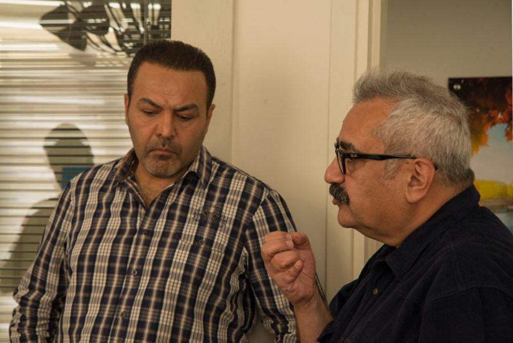 فرزاد موتمن و فریبرز عربنیا در نمایی از پشت صحنه فیلم «آخرین بار کی سحر رو دیدی؟»