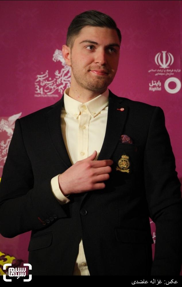 امیرحسین فتحی بر روی فرش قرمز فیلم «آخرین بار کی سحر رو دیدی؟» در کاخ سی و چهارمین جشنواره فیلم فجر
