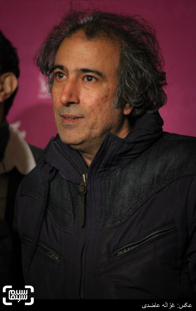 سیامک صفری بر روی فرش قرمز فیلم «آخرین بار کی سحر رو دیدی؟» در کاخ سی و چهارمین جشنواره فیلم فجر