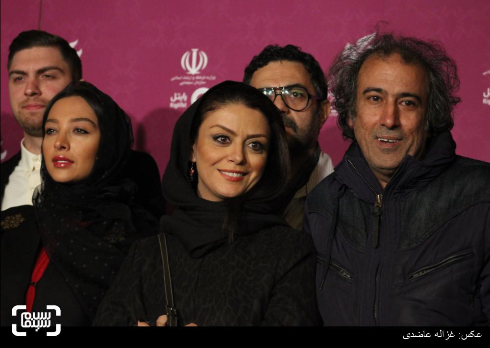 سیامک صفری، شبنم فرشادجو و آناهیتا درگاهی بر روی فرش قرمز فیلم «آخرین بار کی سحر رو دیدی؟» در کاخ سی و چهارمین جشنواره فیلم فجر