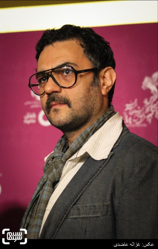 علیرضا ثانی فر بر روی فرش قرمز فیلم «آخرین بار کی سحر رو دیدی؟» در کاخ سی و چهارمین جشنواره فیلم فجر