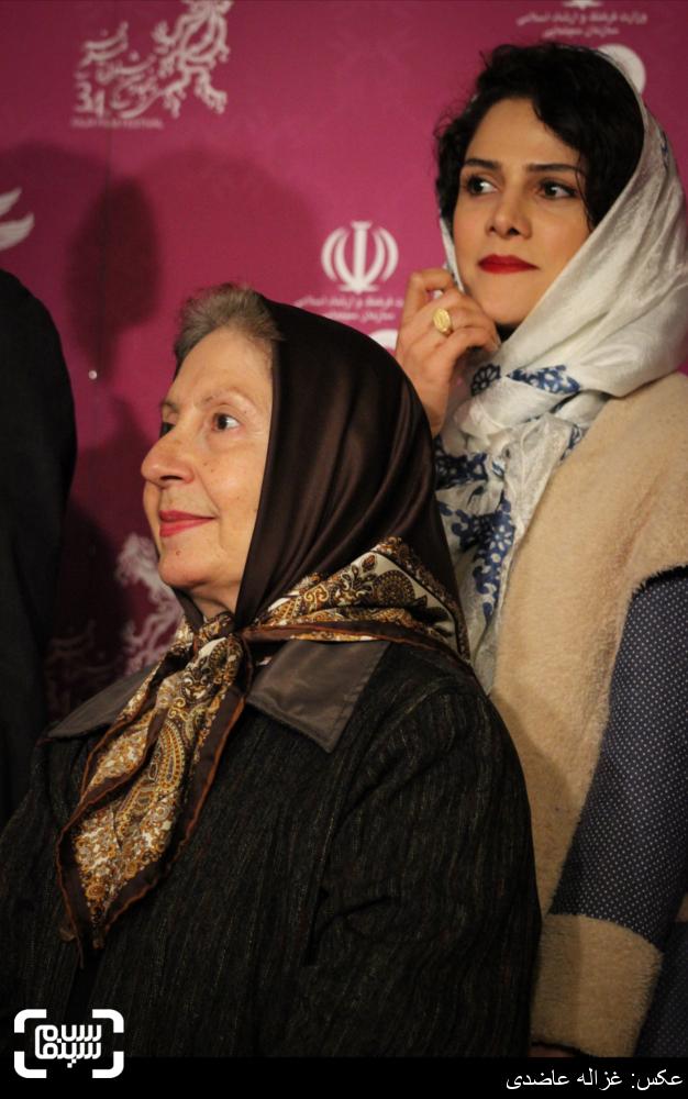 معصومه رحمانی و شیرین یزدان بخش بر روی فرش قرمز فیلم «ابد و یک روز» در کاخ سی و چهارمین جشنواره فیلم فجر