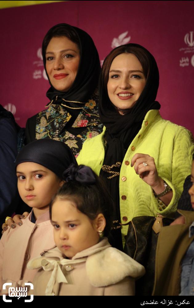 گلاره عباسی و شبنم مقدمی بر روی فرش قرمز فیلم «نفس» در کاخ سی و چهارمین جشنواره فیلم فجر