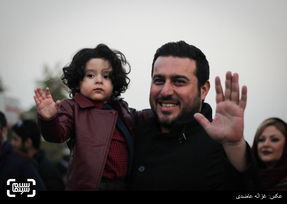 محسن کیایی و کارن کیایی،پسر مصطفی کیایی بر روی فرش قرمز فیلم «بارکد» در سی و چهارمین جشنواره فیلم فجر