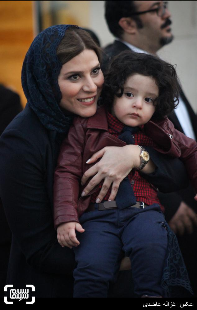 سحر دولتشاهی و کارن کیایی،پسر مصطفی کیایی بر روی فرش قرمز فیلم «بارکد» در سی و چهارمین جشنواره فیلم فجر