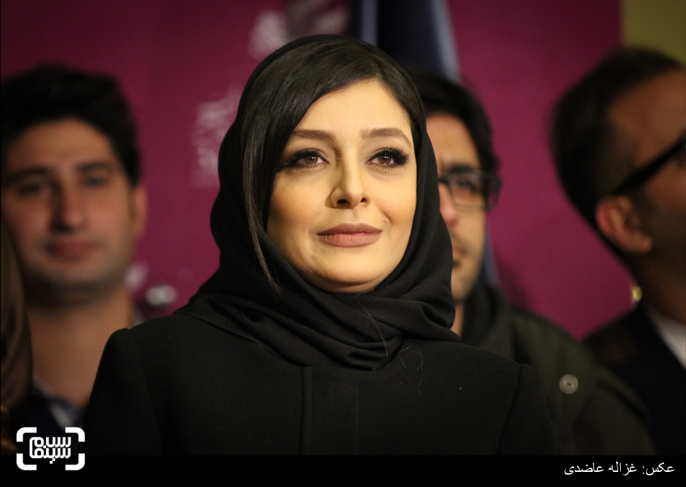ساره بیات در فرش قرمز فیلم «عادت نمی کنیم» در کاخ سی و چهارمین جشنواره فیلم فجر