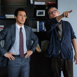 رایان گاسلینگ و آدام مککی در نمایی از پشت صحنه فیلم «کمبود بزرگ»(the big short)