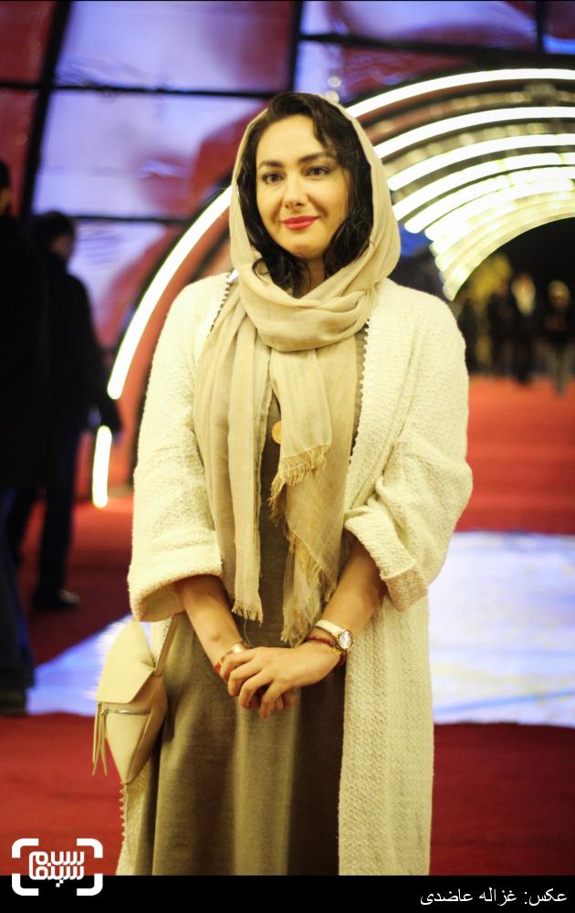 هانیه توسلی در فرش قرمز فیلم «سیانور» در کاخ سی و چهارمین جشنواره فیلم فجر