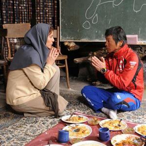 سحر دولتشاهی و هازاما کانپه در نمایی از فیلم «دونده زمین»