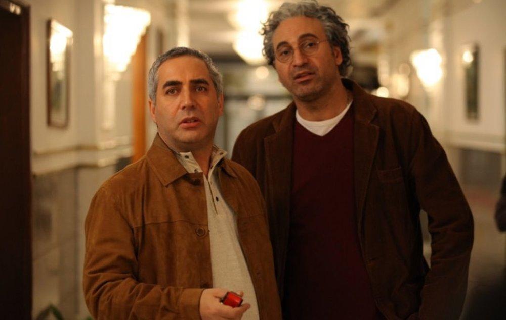 حمید فرخنژاد و ابــراهیم حاتمی کیا در نمایی از فیلم «زندگی خصوصی آقا و خانم میم»