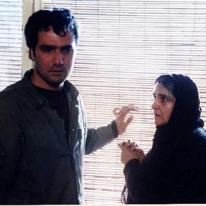 گلاب آدینه و محمدرضا فروتن در فیلم «زیر پوست شهر» در سال 1379