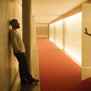 دومهنل گیلسون و اسکار آیزاک در فیلم «فراماشینی»(ex machina) ساخته الکس گارلند