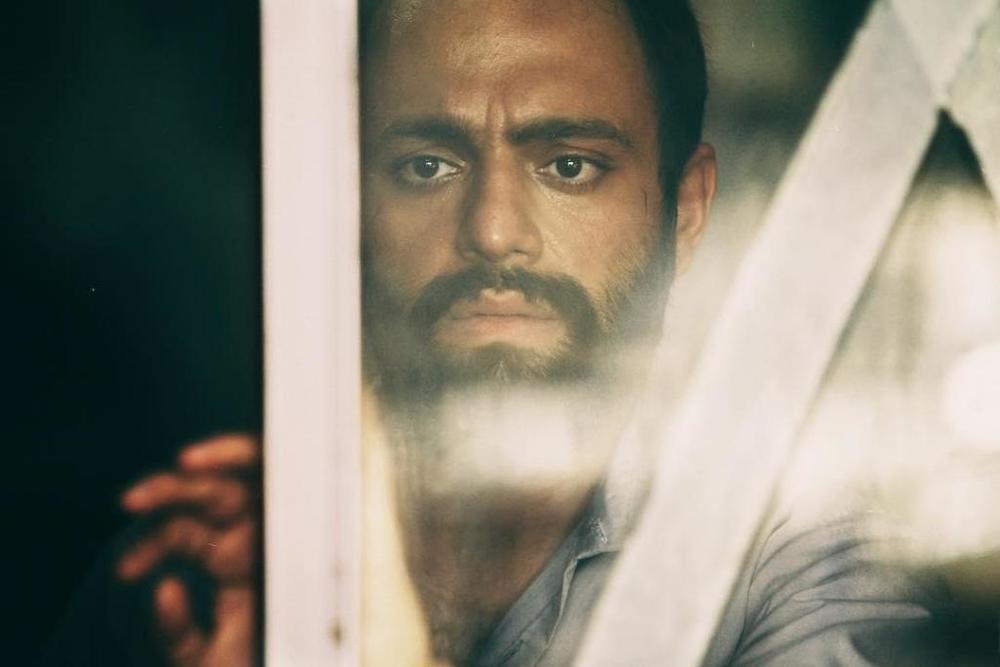 صابر ابر در نمایی از فیلم «ویلایی ها» اولین ساخته منیره قیدی