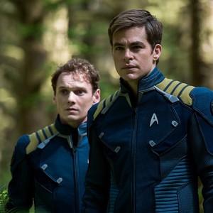آنتون یلچین و کریس پاین در فیلم «ماورای پیشتازان فضا»(star trek beyond)