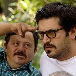 علی کریم و  حسین اسکندری در پشت صحنه فیلم من از سپیده صبح بیزارم