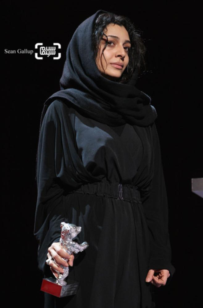 ساره بیات برنده خرس نقره بهترین بازیگر زن (گروه بازیگران زن فیلم جدايي نادر از سیمین) از شصت و یکمین جشنواره فیلم برلین