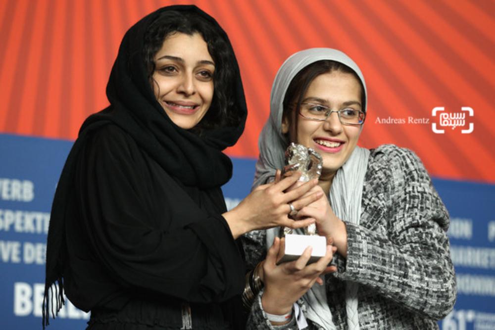 ساره بیات و سارینا فرهادی برنده خرس نقره بهترین بازیگر زن (گروه بازیگران زن فیلم جدايي نادر از سیمین) از شصت و یکمین جشنواره فیلم برلین