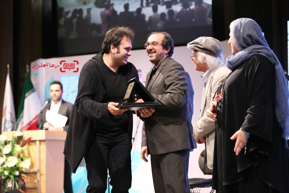 رضا درمیشیان برنده لوح زرین نخستین جشنواره فیلم سلامت به جهت بازنمایی ورابط نامناسب بر سلامت جوانان، واکاوی ریشه های خشونت و ترویج بخشش به جای خشونت