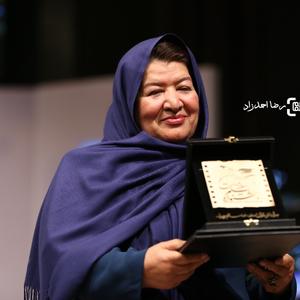 پوران درخشنده برنده تندیس نخستین جشنواره فیلم سلامت برای فیلم «هیس دختر ها فریاد نمی زنند»