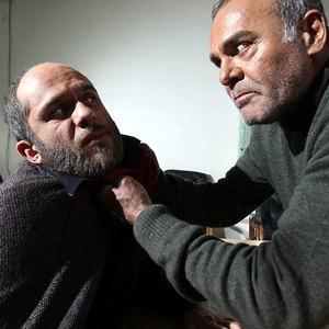 بابک حمیدیان و جمشید هاشمپور در فیلم «هیس دختر ها فریاد نمی زنند»