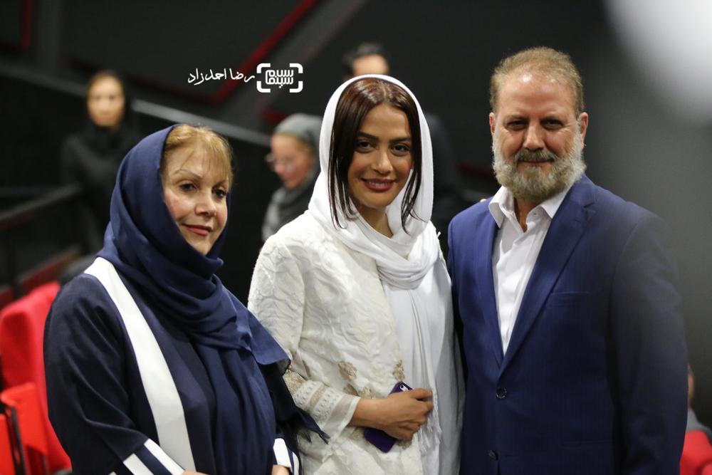 مارال فرجاد و پدر و مادرش در اکران خصوصی فیلم «ربوده شده»