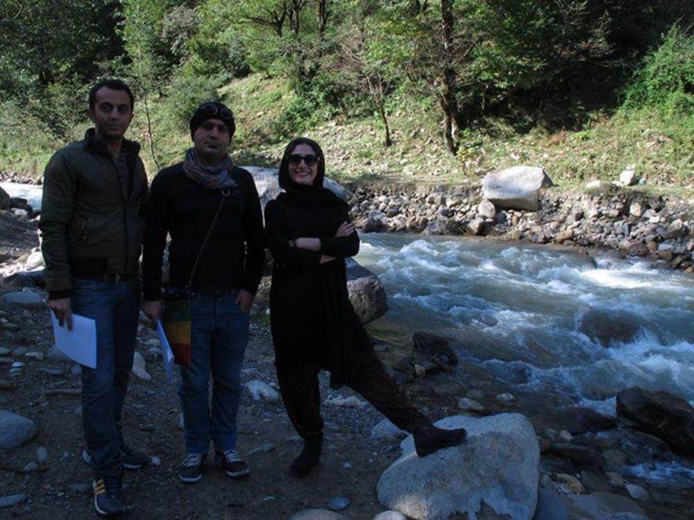 علی احمدزاده، مهدی کوشکی و مینا ساداتی در پشت صحنه فیلم «مهمونی کامی»