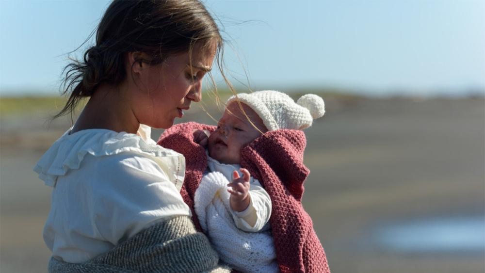 آلیسیا ویکاندر در فیلم «نوری در میان اقیانوسها» (The Light Between Oceans)