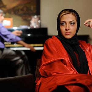 لیلا اوتادی در نمایی از فیلم باغ قرمز