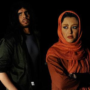 شقایق فراهانی و غلامرضا آزادی در نمایی از فیلم باغ قرمز