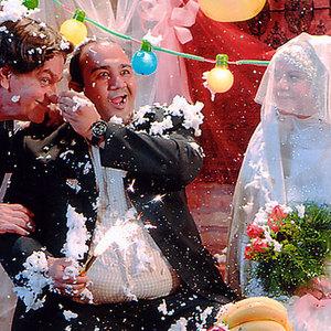 مهران غفوریان و فتحعلی اویسی در نمایی از فیلم شیر و عسل