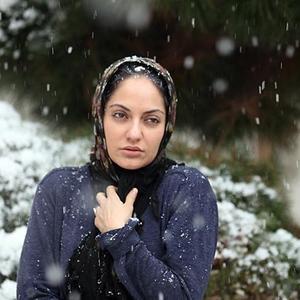 مهناز افشار در نمایی از فیلم برف رو کاج ها
