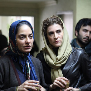 ویشکا آسایش و مهناز افشار در فیلم برف روی کاج ها