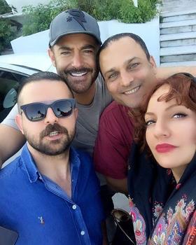 مهناز افشار، حسین یاری، محمدرضا گلزار و هومن سیدی در پشت صحنه سریال نمایش خانگی «عاشقانه»