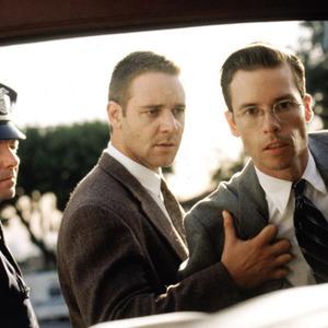 راسل کرو و گای پیرس در فیلم «محرمانه لوس آنجلس»(l.a. confidential)