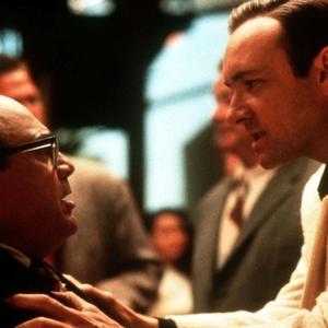 کوین اسپیسی و دنی دویتو در فیلم «محرمانه لوس آنجلس»(l.a. confidential)