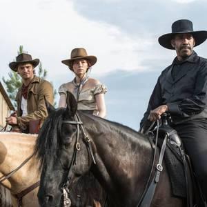 دنزل واشنگتن، هیلی بنت و لوک گریمز در فیلم «هفت دلاور»(The Magnificent Seven)