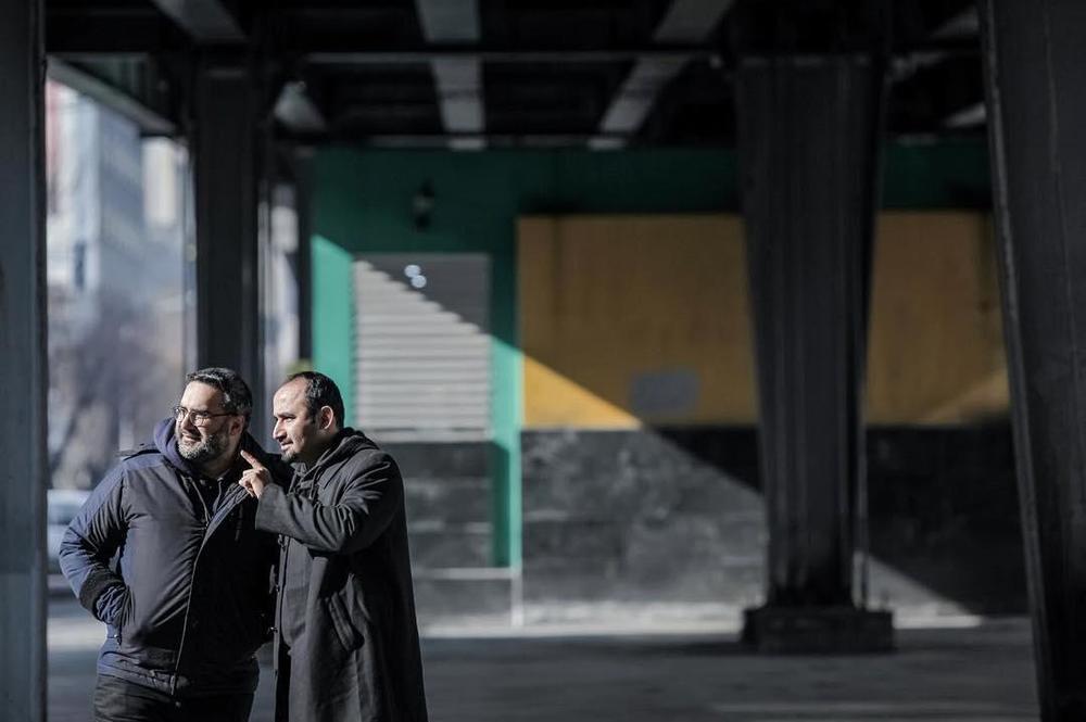 نوید محمودی و کوهیار کلاری در پشت صحنه فیلم «رفتن»