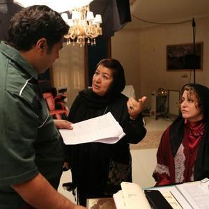 پوران درخشنده و مریلا زارعی در پشت صحنه فیلم «زیر سقف دودی»