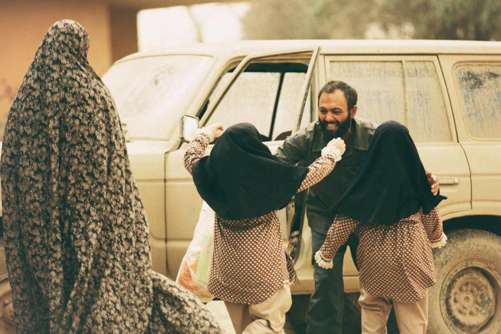 صابر ابر در نمایی از فیلم «ویلایی ها» ساخته منیره قیدی