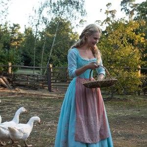 لیلی جیمز در نمایی از فیلم «سیندرا»(cinderella)