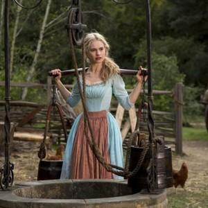 لیلی جیمز در نمایی از «سیندرا»(cinderella)