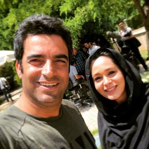 منوچهر هادی و سانیا سالاری در پشت صحنه سریال «دل دادگان»