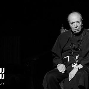 علی نصیریان در نمایی از تئاتر «اعتراف»