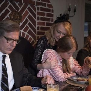 هنری چرنی، امی آدامز, پاتریشا کلارکسون و الیزا اسکانلن در سریال «اشیای تیز» (Sharp Objects)