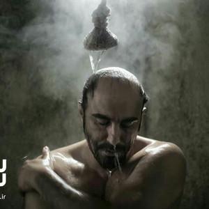 محسن تنابنده در نمایی از فیلم «شکستن همزمان بیست استخوان»