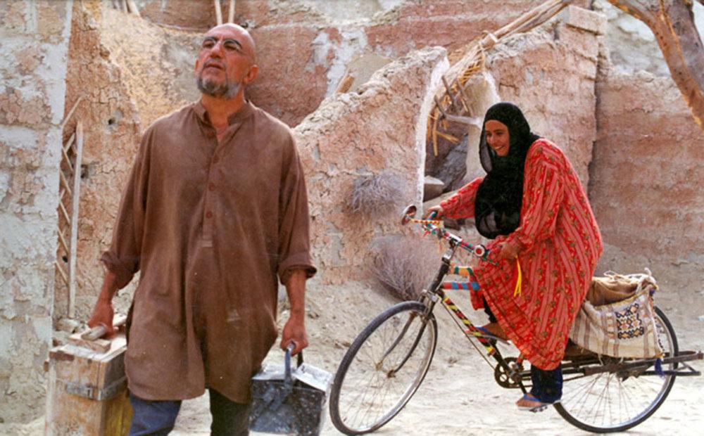 رضا کیانیان و آزیتا حاجیان در فیلم «روبان قرمز»