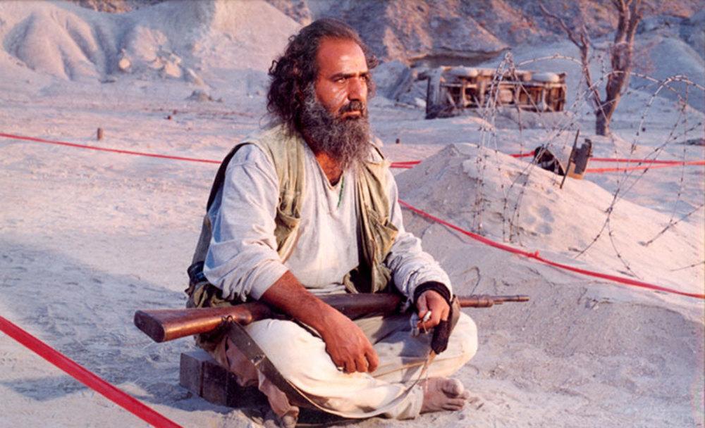 پرویز پرستویی در فیلم «روبان قرمز»