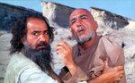 رضا کیانیان و پرویز پرستویی در فیلم «روبان قرمز»