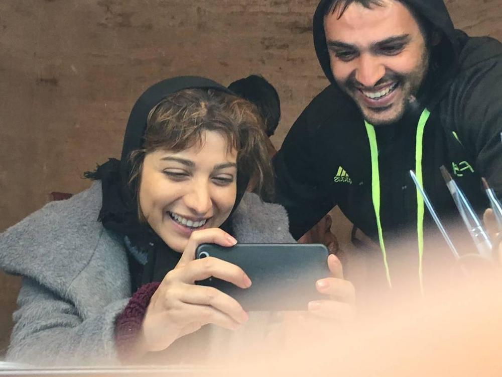 سامان صفاری و روشنک گرامی در پشت صحنه فیلم «بی سایه (یک کامیون غروب)»